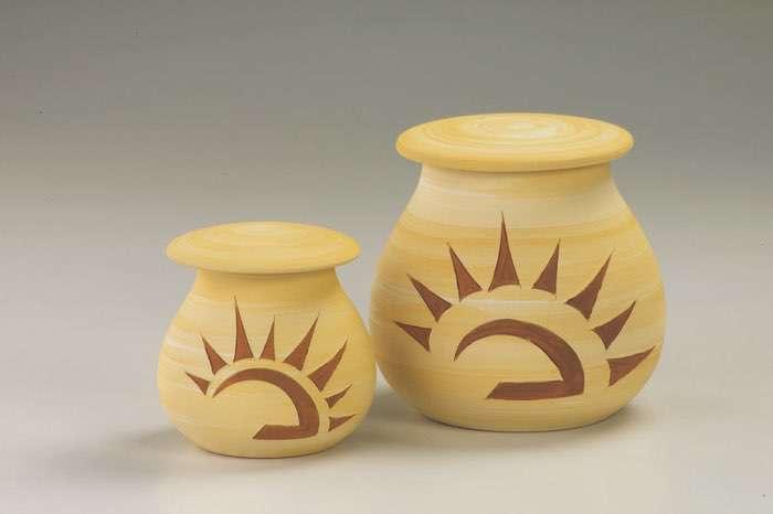 Sonne Sand • 0,5l - 70,00 €, 1,0l - 80,00 € (inkl. MwSt.) Keramikurne mit Sonnenmotiv sandfarben matt.