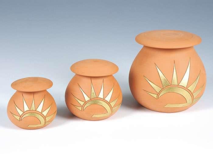 Sonne Terracotta • 0,5l - 70,00 €, 1,0l - 80,00 € (inkl. MwSt.) Keramikurne mit Sonnenmotiv Terracotta matt.