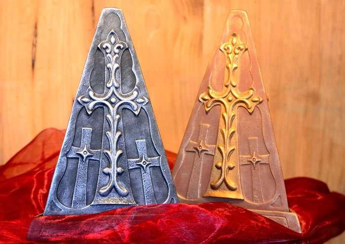 """Dreieck-Pyramide """"Kreuz"""" • 70,00 € (inkl. MwSt.). Ausreichend für Nager, Katzen und kleine bis mittlere Hunde. Farbe frei gestaltbar."""