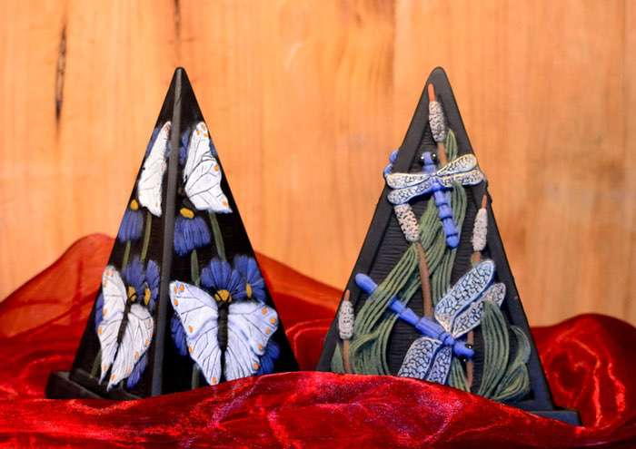 """Dreieck-Pyramide """"Motiv Natur"""" • 70,00 € (inkl. MwSt.). Ausreichend für Nager, Katzen und kleine Hunde. Farbe frei gestaltbar, Motivauswahl """"Libelle"""" oder """"Schmetterling""""."""