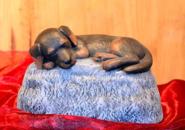 Hund auf Stein • ca. 1,1l - 130,00 € (inkl. MwSt.). Gestaltung nach Fotovorlage möglich. Glasur einfarbig ebenfalls möglich.