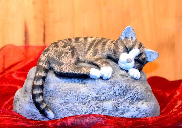 Katze auf Stein • ca. 0,9l - 130,00 € (inkl. MwSt.). Gestaltung nach Fotovorlage möglich.