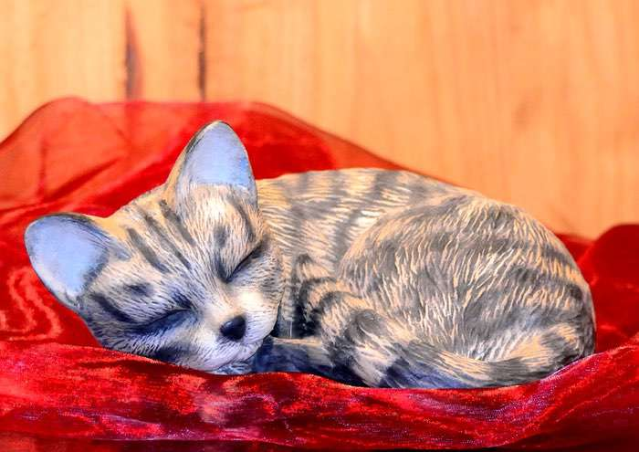 Katze schlafend • 0,3l - 65,00 €, 0,6l - 85,00 € (inkl. MwSt.). Wahlweise glasiert oder bemalt. Gestaltung nach Fotovorlage möglich.