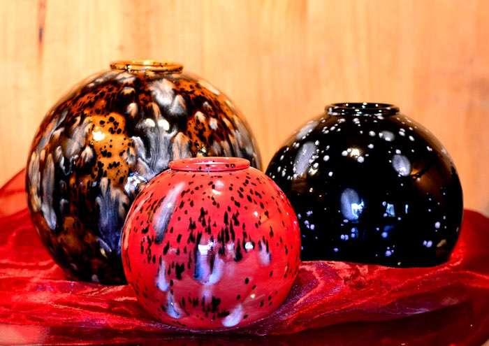"""Kugel glasiert mit Teelicht • ca. 0,8l - 60,00 €, 1,2l - 70,00 €, 2,0l - 80,00 €, 2,7l - 90,00 € (inkl. MwSt.). Die unterschiedlichen Glasurbeispiele finden Sie auf der separaten Seite """"Handbemalte Keramikurnen""""."""