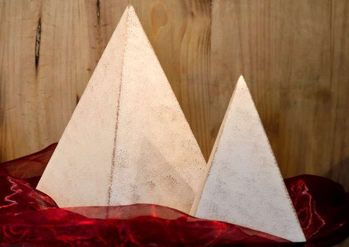 Pyramide • ca. 0,6l - 50,00 €, 1,7l - 60,00 € (inkl. MwSt.).Unterschiedliche Farbgestaltung in Acryl oder Glasur möglich.
