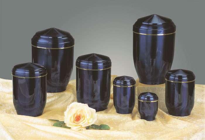 Kupfer blau • 0,5l - 60,00 €, 1,0l - 70,00 €, 2,0l - 80,00 €, 3,0l - 90,00 € (inkl. MwSt.) Kupferurne blau (Hochglanz) mit Goldband.