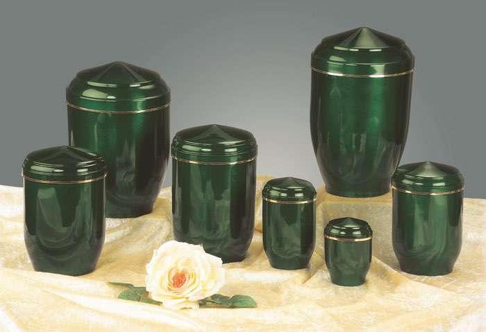 Kupfer grün • 0,5l - 60,00 €, 1,0l - 70,00 €, 2,0l - 80,00 €, 3,0l - 90,00 € (inkl. MwSt.) Kupferurne grün (Hochglanz) mit Goldband.