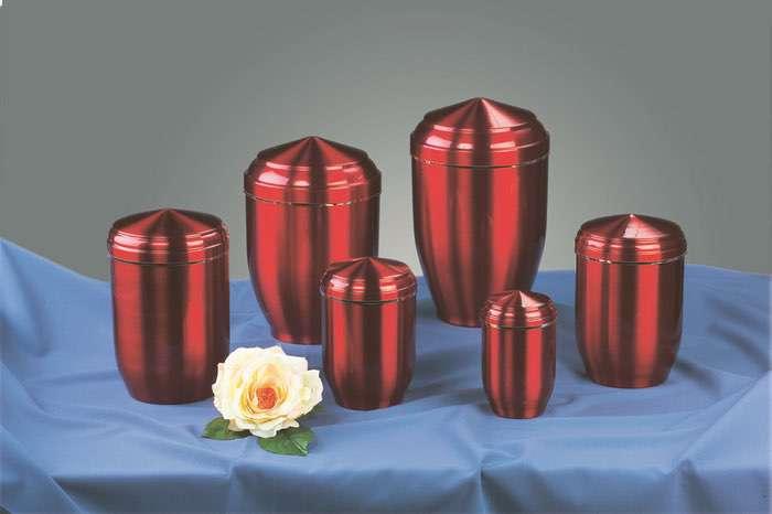 Kupfer rot • 0,5l - 60,00 €, 1,0l - 70,00 €, 2,0l - 80,00 €, 3,0l - 90,00 € (inkl. MwSt.) Kupferurne rot (Hochglanz) mit Goldband.