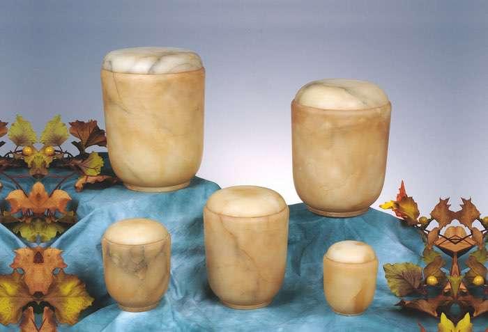 Bestell-Nr. 08 • Alabaster beige • 0,5l - 70,00 €, 1,0l - 95,00 €, 2,0l - 120,00 € (inkl. MwSt.) Alabasterurne beige.