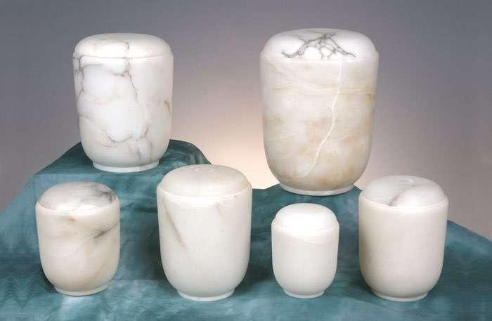 Bestell-Nr. 09 • Alabaster weiß • 0,5l - 70,00 €, 1,0l - 95,00 €, 2,0l - 120,00 € (inkl. MwSt.) Alabasterurne weiß.